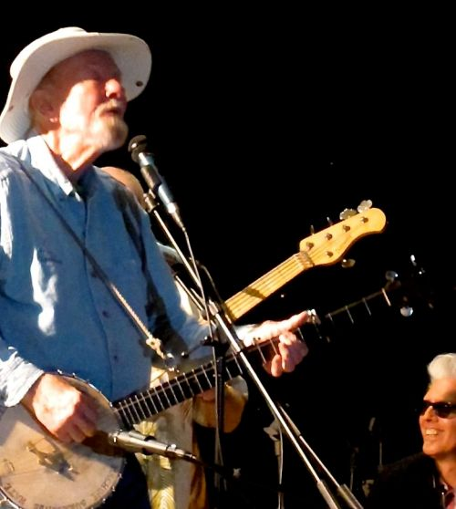 Pete Seeger onstage at a 2009 rally in Memorial Park, Nyack, N.Y. (© 2009, Steven P. Marsh/willyoumissme.com)